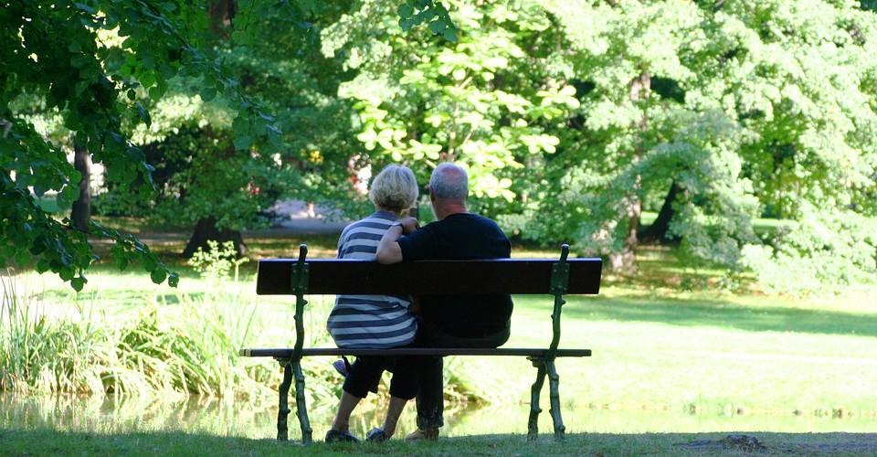 Znalezione obrazy dla zapytania babcia w parku