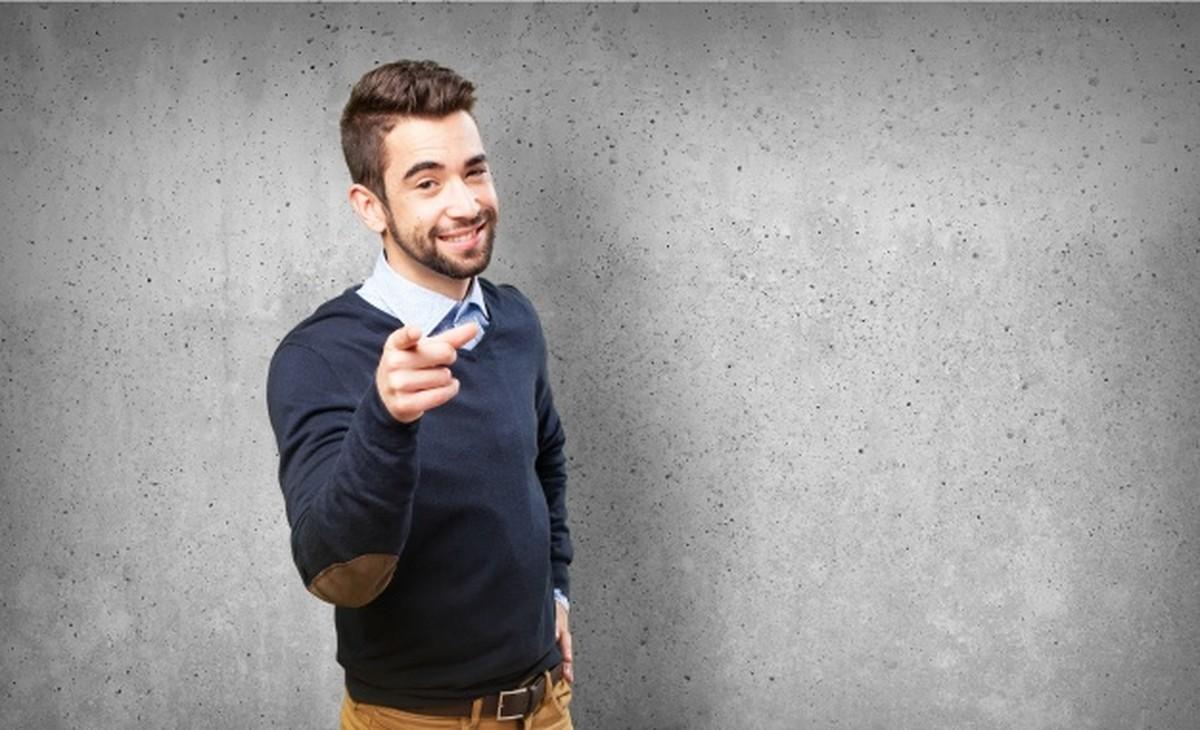 Homem aponta o dedo com expressão de sarcasmo